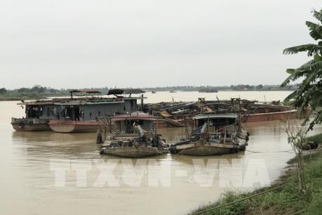 Liên tiếp bắt nhiều tàu khai thác cát trái phép trên sông Kinh Thầy