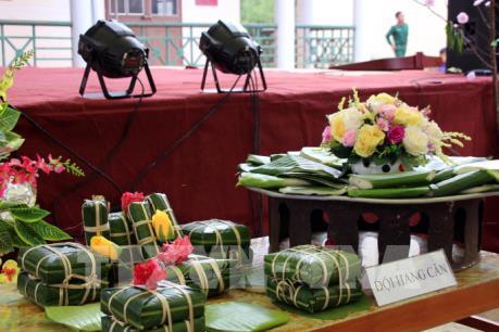 Khách quốc tế hào hứng với bánh chưng Việt