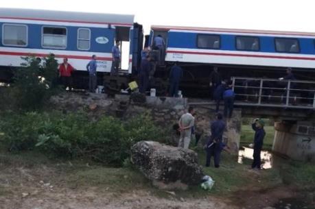 Khẩn trương khắc phục sự cố tàu SE1 trật bánh ở Bình Thuận