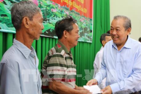 Phó Thủ tướng Trương Hòa Bình tặng quà gia đình chính sách, người nghèo Đồng Tháp