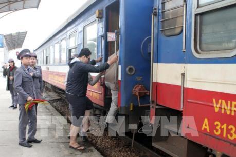Hành khách đổ về các ga tàu, bến xe sau kỳ nghỉ Tết