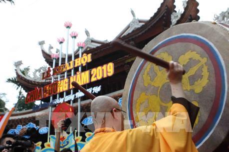 Ngày khai hội, chùa Hương (Hà Nội) đỡ cảnh tắc nghẽn