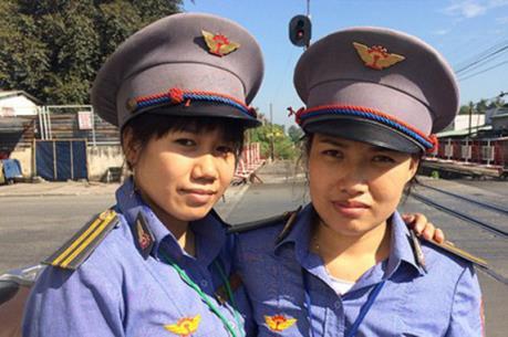 Khen thưởng hai nữ nhân viên đường sắt có hành động dũng cảm cứu người