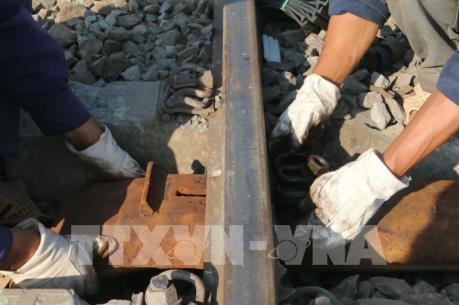 Thông tuyến đường sắt sau sự cố tàu khách trật bánh ở Biên Hòa