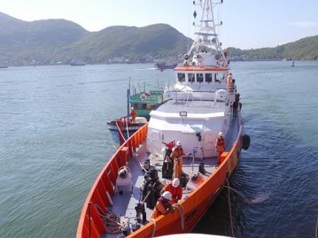 Cứu nạn 7 thuyền viên tàu khai thác cát