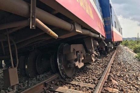 Thông tuyến đường sắt Bắc – Nam sau sự cố tàu hàng trật bánh tại Nghệ An