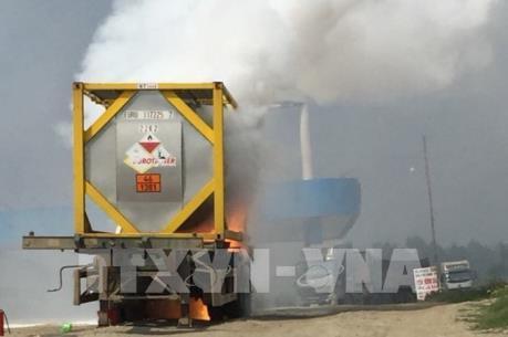 Xe chở hóa chất bốc cháy trên cao tốc Nội Bài – Lào Cai