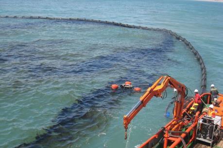 Trạm xăng bị chìm gây ra sự cố tràn dầu trên sông Kinh Thầy