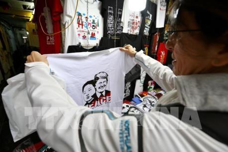 """Sản phẩm lưu niệm về Hội nghị thượng đỉnh Mỹ - Triều Tiên """"hút"""" khách"""