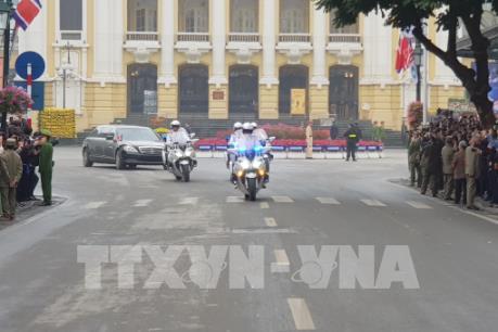 Đoàn xe của Chủ tịch Triều Tiên Kim Jong-un đang di chuyển trên đường phố Hà Nội