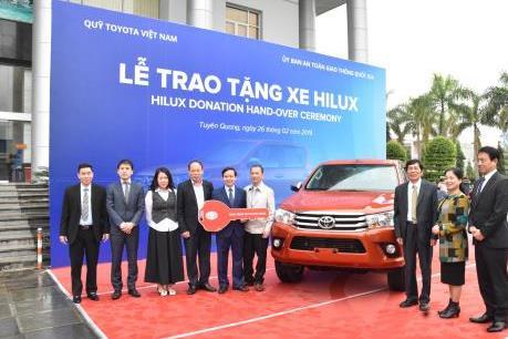 Quỹ Toyota tặng xe Hilux cho Ban An toàn Giao thông tỉnh Tuyên Quang