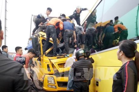 Quảng Ninh: Xe tải đấu đầu xe khách trên quốc lộ 18A