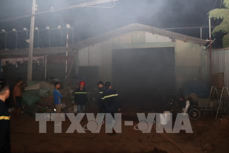 Cháy kho phế liệu trong khu dân cư