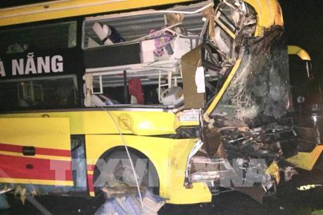 Xe khách tông xe đầu kéo, một người chết, nhiều người bị thương