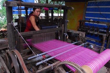 Đột phá ở làng nghề dệt choàng trăm tuổi