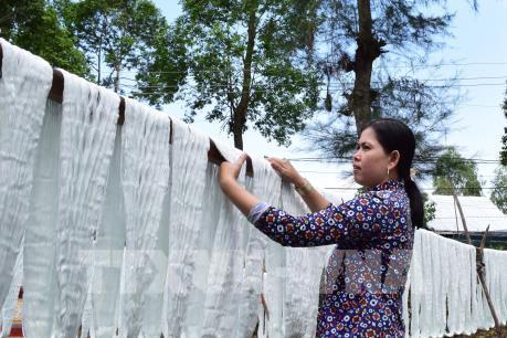 Cận cảnh làng nghề dệt choàng trăm tuổi