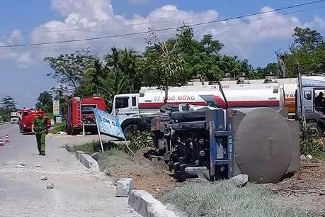 Lật xe bồn chở xăng, Quốc lộ 1A ùn tắc cục bộ