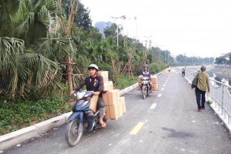 Ngăn nguy cơ chiếm dụng đường đi bộ ven sông Tô Lịch