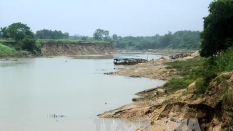 Tạm dừng khai thác cát sỏi lòng sông Chảy đoạn qua địa bàn xã Đông Khê