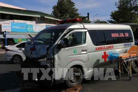Xe cứu thương đâm ô tô bán tải làm 3 người bị thương