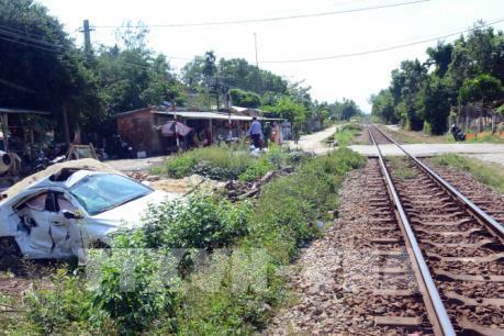Ô tô con bị tàu hỏa húc văng khỏi đường ray khoảng 5m