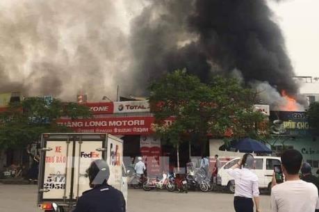 Bất ngờ cháy lớn ở quán ăn trên đường Lạc Long Quân, Hà Nội