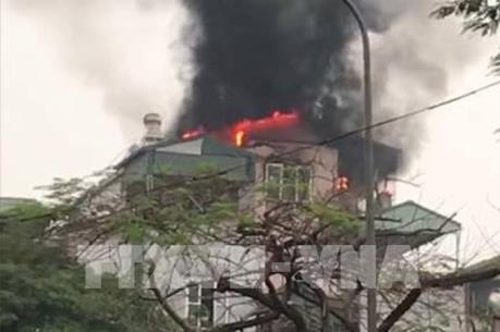Cháy ngôi nhà năm tầng trên phố Lạc Trung