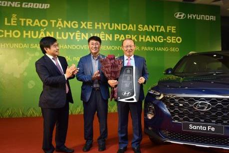 Tập đoàn Thành Công và Hyundai tặng xe Santa Fe cho ông Park Hang Seo