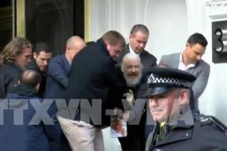Cảnh sát Anh đưa nhà sáng lập WikiLeaks ra trình diện tại tòa án