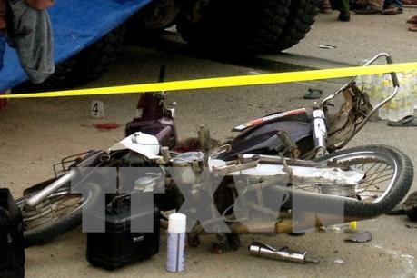 Đâm vào cống bê tông, 3 học sinh chở nhau trên xe máy tử vong
