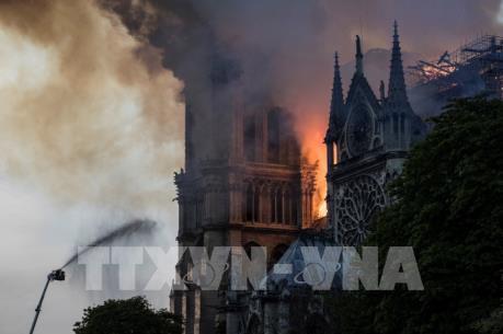 Vụ cháy Nhà thờ Đức Bà Paris: Thủ tướng Anh đề nghị hỗ trợ Pháp