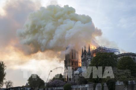 Hình ảnh vụ cháy Nhà thờ Đức Bà Paris