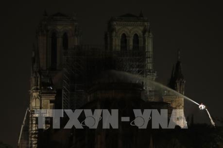Vụ cháy Nhà thờ Đức Bà Paris: Đã kiểm soát được ngọn lửa