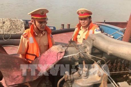 Bắt quả tang 5 tàu khai thác cát với trọng lượng hàng trăm tấn ở sông Hồng