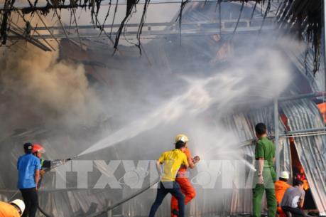 Hàng trăm người khống chế vụ cháy tại doanh nghiệp làm đồ từ gỗ, tre, nứa