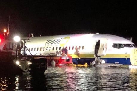 Máy bay Boeing 737 chở 136 hành khách lao xuống sông