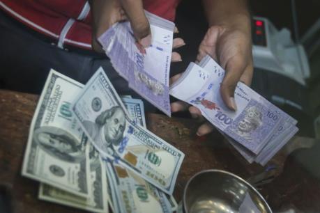 Malaysia hạ lãi suất lần đầu tiên trong gần 3 năm qua