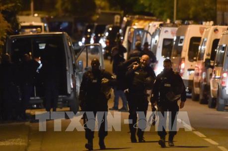 Vụ bắt con tin tại Pháp: Thủ phạm vẫn cố thủ, 4 người được trả tự do