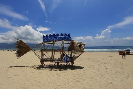 """""""Chú cá Bống"""" """"ăn"""" rác nhựa trên bãi biển Đà Nẵng"""