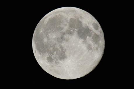 Mặt Trăng đang co lại như hiện tượng trái nho khô