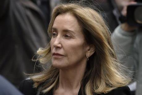 """Bê bối """"chạy trường"""" ở Mỹ: Diễn viên Felicity Huffman nhận tội hối lộ"""