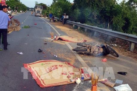 Quảng Bình: Xe tải va chạm xe máy làm 2 người tử vong