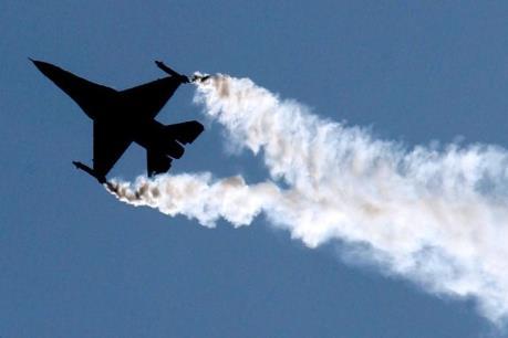 Máy bay chiến đấu đâm vào tòa nhà gây hỏa hoạn