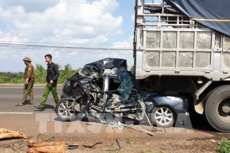 2 người nhập viện cấp cứu sau tai nạn liên hoàn do container mất lái