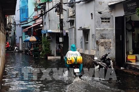 Giao thông tại TP.HCM ùn ứ do mưa ngập