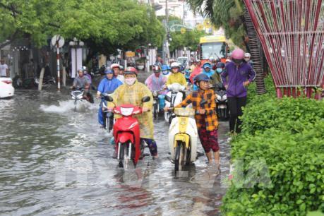 Mưa lớn làm ngập phần lớn các tuyến đường nội ô thành phố Bạc Liêu