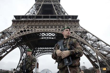 Tháp Eiffel ở Pháp phải đóng cửa do sự cố hy hữu