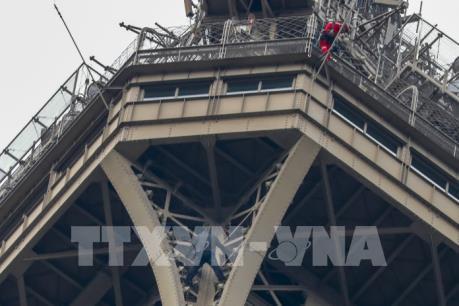 Pháp đã bắt giữ được đối tượng trèo lên Tháp Eiffel