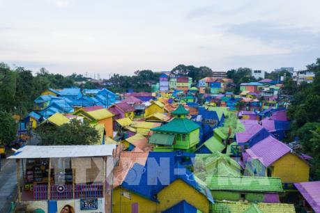 Ngắm ngôi làng cầu vồng rực rỡ sắc màu ở Indonesia