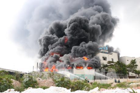 Ngọn lửa bốc cao hàng chục mét từ xưởng công ty sản xuất băng keo